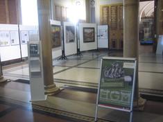 Ausstellungsraum mit Schautafeln.