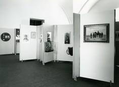 Schauwände mit Gemälden und Zeichnungen verschachtelt im Raum aufgestellt.