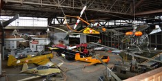 Blick von oben auf verschiedene Flugzeuge im Hangar.