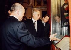 Verteidigungsminister von Österreich und Ungarn lassen sich vom Kurator ein Dokument zeigen.