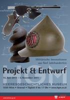 """Ausstellungsplakat """"Projekt & Entwurf – Militärische Innovationen aus fünf Jahrhunderten"""" mit einem Gewehr und einem Helm."""