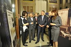 Hans-Peter Doskozil mit einer Gruppe von Besuchern im Gespräch.