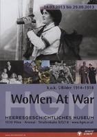 """Ausstellungsplakat """"WoMen At War - k.u.k. Bilder 1914-1918"""" mit einer fotografierenden Frau."""