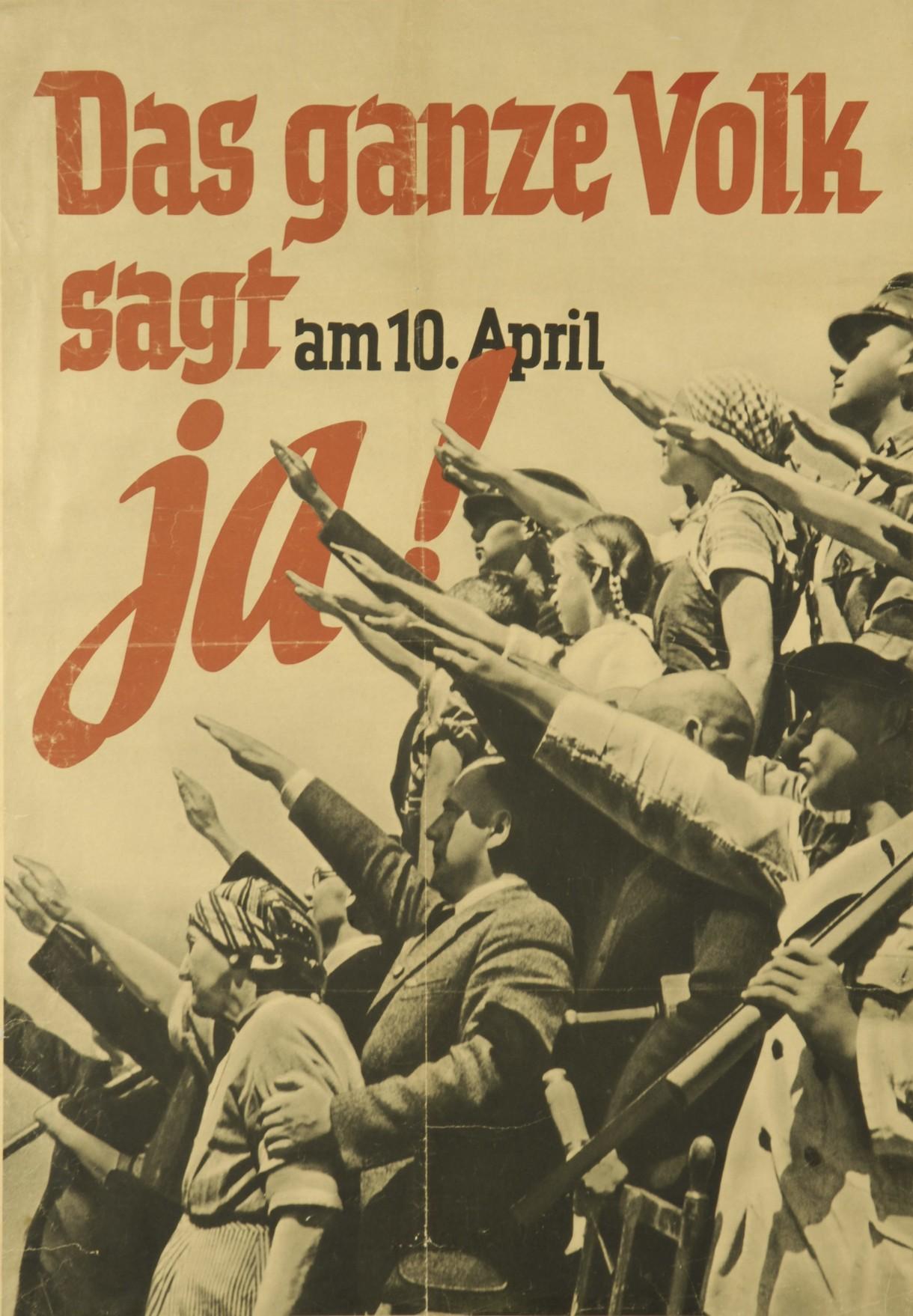 Plakat zur Abstimmung über den Anschluss Österreichs mit einer Menschenmenge, die den Hitlergruß zeigt.
