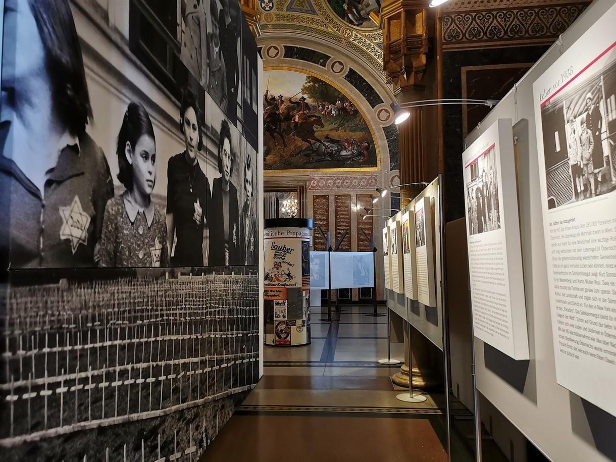 """Foto- und Texttafeln in der Sonderausstellung """"Die Gerechten. Courage ist eine Frage der Entscheidung""""."""