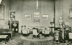 Schwarz-weiß Foto von Möbelstücken und Interieur aus dem 19. Jahrhundert.
