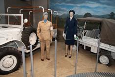 Zwei weibliche Schaufensterpuppen in Uniformen neben zwei UN-Fahrzeugen