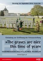"""Ausstellungsplakat """"The Graves are nice this time of year"""" mit einem Blick über einen Friedhof mit gleichförmigen weißen Grabsteinen."""