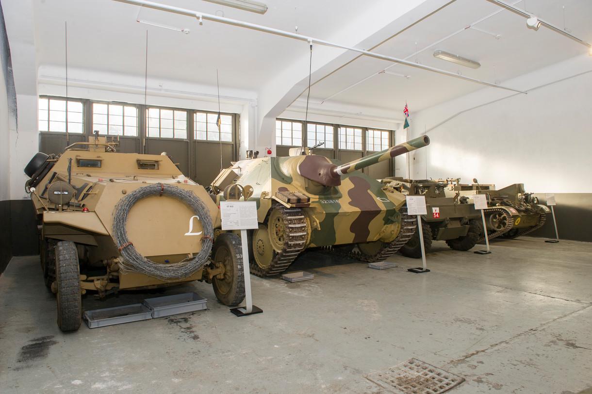 Panzerfahrzeuge in der Halle.