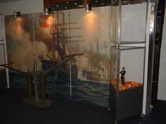 Gemälde eines brennenden Segelschiffes.