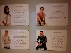 Postkarten mit Foto und Text von Jugendlichen.