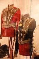 Zwei Uniformen in einer Vitrine.