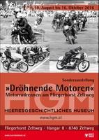 """Ausstellungsplakat """"Dröhnende Motoren« -Motorradrennen am Fliegerhorst Zeltweg"""" mit Fotografien von historischen Motorradrennen."""