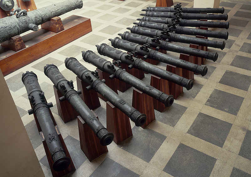 Verschiedene historische Geschützrohre.