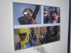 Fotocollage von Kindersoldaten mit Gewehr, Uniform und Turbanen.