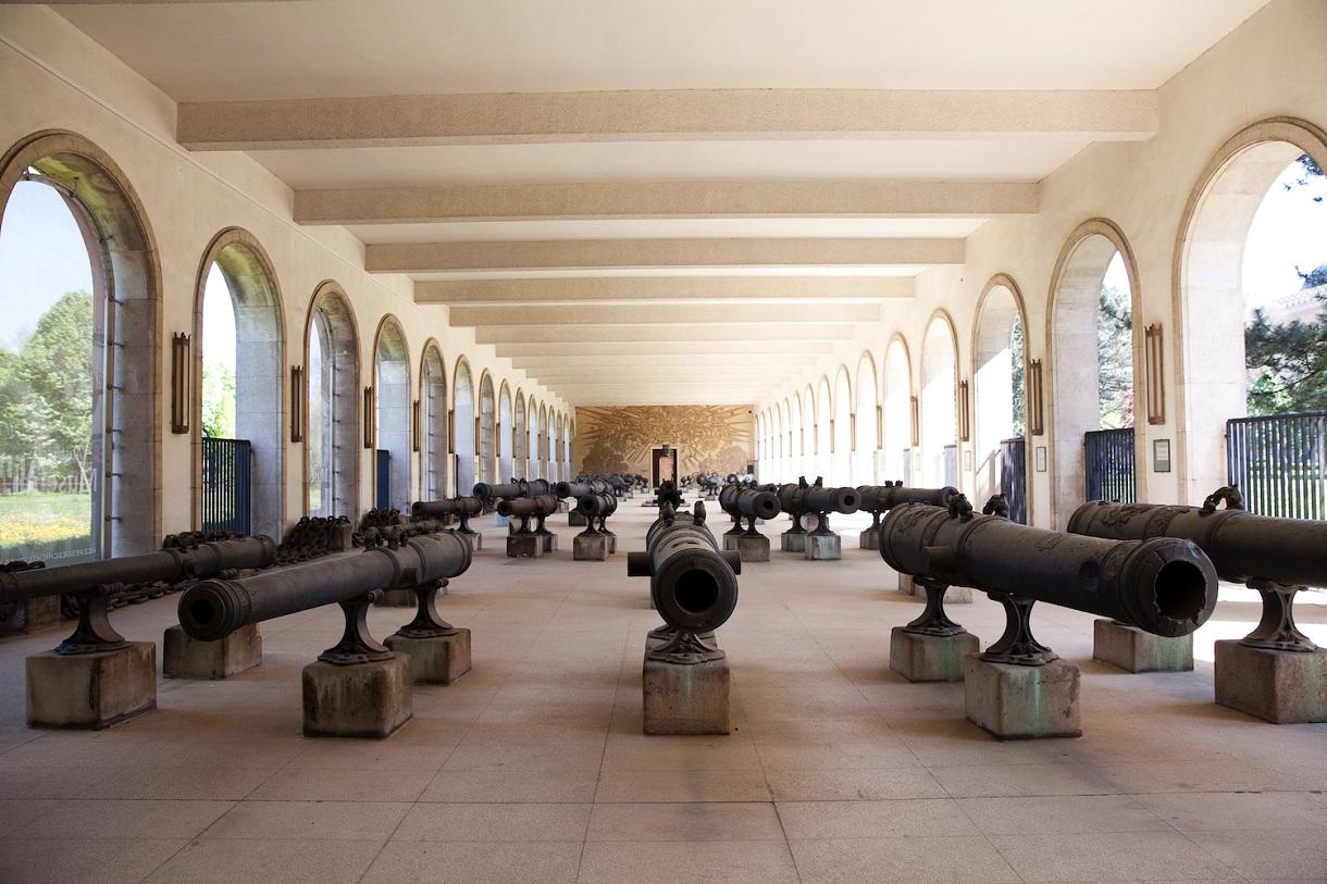Artilleriehalle mit verschiedenen Geschützrohren.