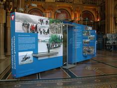 Mobiler Schauquader mit aufgedruckten Texten und Fotos von Bundesheereinsätzen.