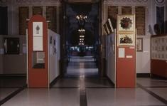 Von Schauwänden flankierte Museumsflucht.