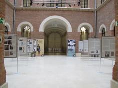 großer Ausstellungsraum mit langem Gang