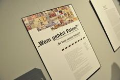 """Infotafel mit Fotocollage und Text und der Überschrift """"Wem gehört Polen?"""""""