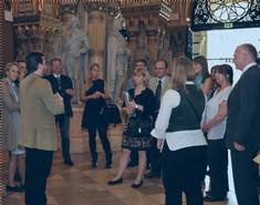 Dr. Christoph Hatschek spricht mit einer Gruppe Frauen und Männern in der Feldherrenhalle.