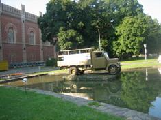 Kleinlastwagen vor dem Heeresgeschichtlichen Museum.