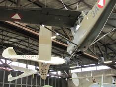 Segelflugzeuge hängen an der Decke des Hangar.