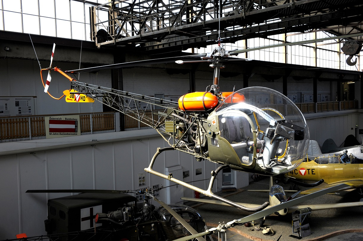 Hubschrauber hängt an der Decke im Hangar.