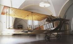 Doppeldeckerflugzeug im Ausstellungsraum.