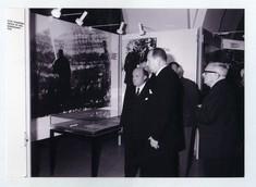 Besucher vor einer Schautafel in der Ausstellung.