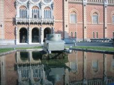 Brunnen vor dem Heeresgeschichtlichen Museum mit einem Panzermodell in der Mitte.