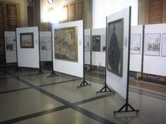 Nebeneinander aufgestellte Schautafeln mit Drucken von Gemälden im Ausstellungsraum.