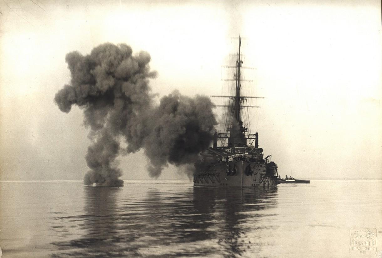 Schwarz-Weiß-Foto des qualmenden Schlachtschiffes SMS Viribus Unitis