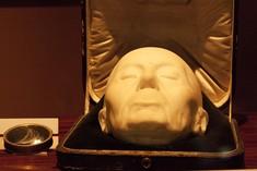 Totenmaske in einer aufgeklappten Schatulle.