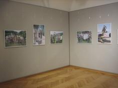 Zwei Wände im rechten Winkel mit Fotografien.