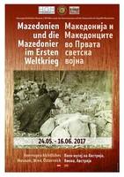 """Ausstellungsplakat """"Mazedonien und die Mazedonier im Ersten Weltkrieg"""" mit einem mit Mantel udn Kapuze verhüllten Menschen, der sich über Sandsäcke beugt."""