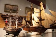 Zwei Modelle von Segelschiffen.
