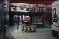 Motorrad mit Beiwagen von hinten im Ausstellungsraum vor einem Gemälde.
