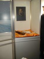 Vitrine mit Gemälde an der Rückwand und liegendem Fernrohr.