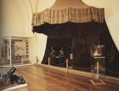 Türkenzelt und Interieur in einem Ausstellungsraum.