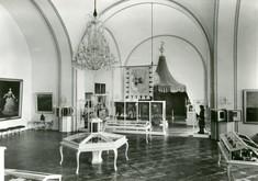 Schwarz-weiß-Foto von Türkenzelt, davor kunstvoll gearbeitete Schaukästen und ein Kronleuchter im Ausstellungsraum.