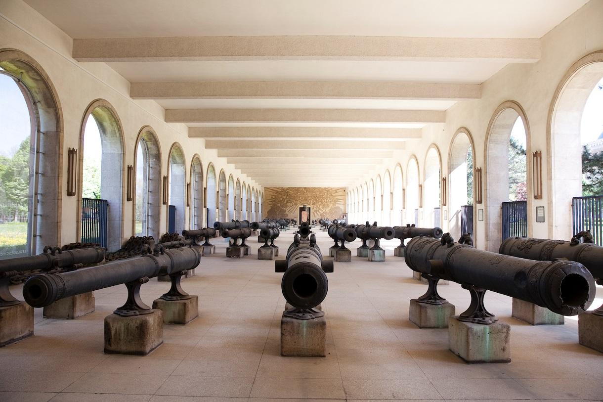 Artilleriehalle mit verschiedenen historischen Geschützrohren.