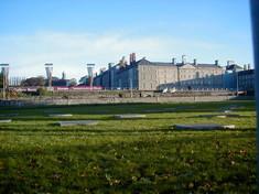Außenaufnahme der ehemaligen Militärkaserne Collins Barracks in Dublin, Irland vor blauem Himmel in der grünen Wiese.