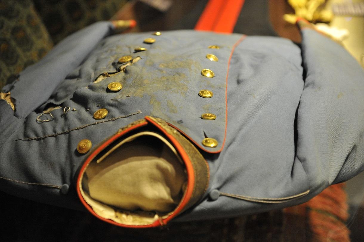Die beim Attentat getragene Uniform mit Einschuss unterhalb des Kragens.