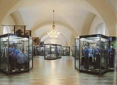 Mehrere Vitrinen mit Uniformen im Ausstellungsraum.