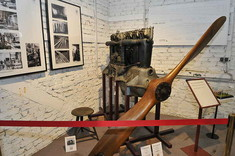Ausgebauter Propeller hinter Absperrband im Ausstellungsraum.