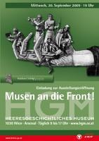 """Ausstellungsplakat """"Musen an die Front! Schriftsteller und Künstler im Dienst der k.u.k. Kriegspropaganda 1914-1918"""" mit einer gezeichneten Hand, die fünf Soldaten in verschiedenen Uniformen und in unterschiedlichen Posen hält."""