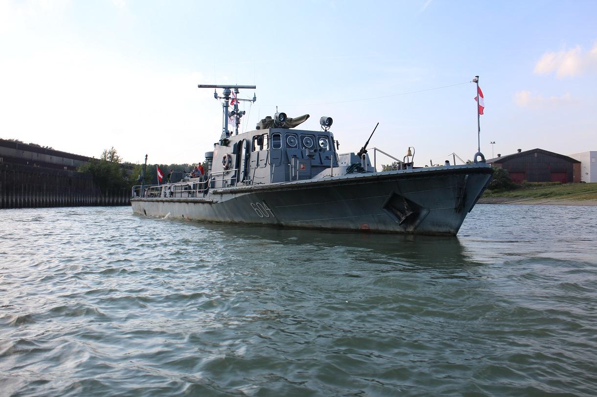"""Patrouillenboot """"Niederösterreich 604"""" im Wasser."""