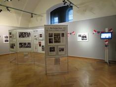 Ausstellungsraum mit Schautafeln mit Fotos und Infotexten.