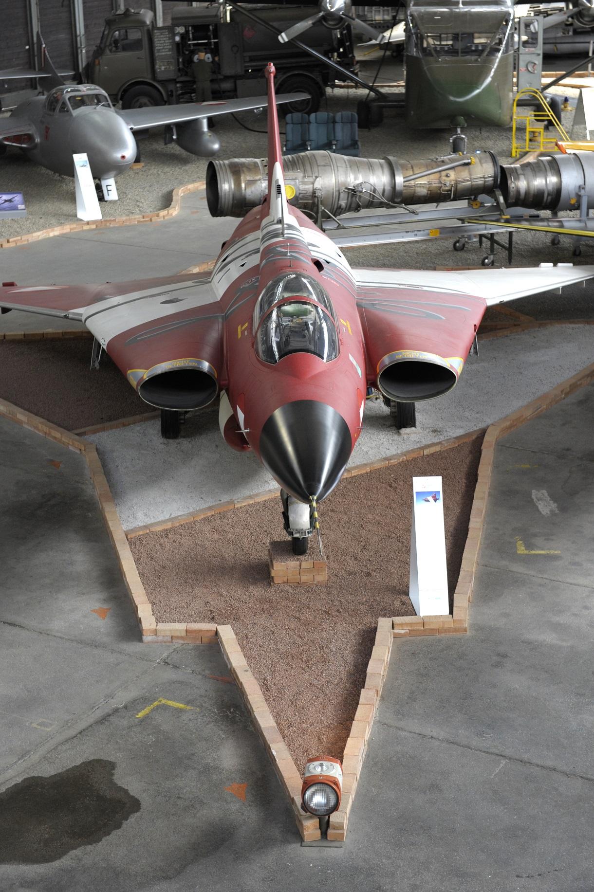 Düsenjet im Hangar.